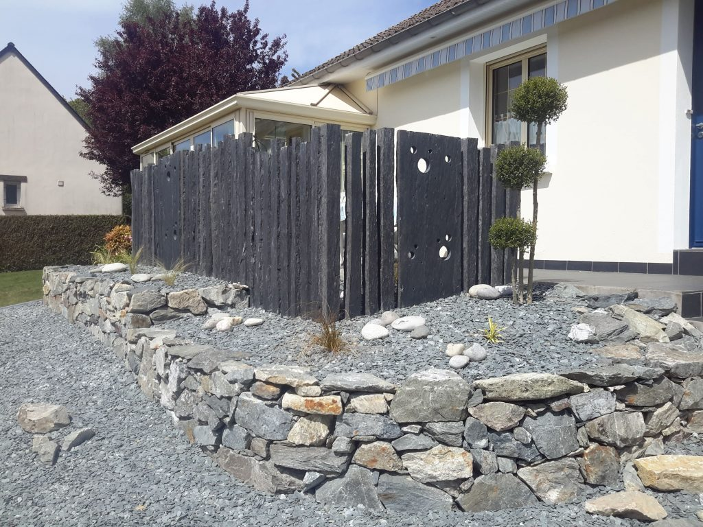 Réalisation d'un enrochement, pour gérer la pente et surtout agrandir la terrasse existante